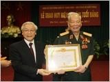 Trao Huy hiệu 75 năm tuổi Ðảng tặng đồng chí Lê Ðức Anh
