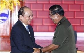 Thủ tướng Nguyễn Xuân Phúc đón Thủ tướng Cam-pu-chia Hun Xen