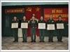 Thượng tá Lê Đức Lợi (ngoài cùng bên trái) nhận giải Nhất toàn năng Hội thi trung đoàn trưởng, chính ủy Giỏi năm 2016