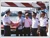 Thiếu tướng Doãn Bảo Quyết, Phó Chính ủy Cảnh sát biển tặng túi thuốc cho ngư dân