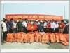 Bộ Tư lệnh Vùng Cảnh sát biển 1 phối hợp với các lực lượng chức năng tặng Cờ Tổ quốc, áo phao và phao cứu sinh cho ngư dân