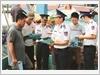 Phát tờ rơi tuyên truyền, hướng dẫn ngư dân không vi phạm vùng biển nước ngoài đánh bắt hải sản trái phép