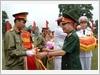 Thiếu tướng, TS, NGND Nguyễn Thiện Minh, Vụ trưởng Vụ Giáo dục Quốc phòng và An ninh, Bộ Giáo dục và Đào tạo trao thưởng cho các tập thể, cá nhân đoạt thành tích trong Hội thao