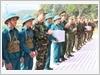 Tặng quà các lực lượng tham gia thực binh đánh địch đổ bộ đường không.