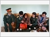 Đại tá Ngô Quang Phúc, Phó Cục trưởng Cục Chính sách thăm hỏi, trao quà tặng Mẹ Việt Nam anh hùng Phạm Thị Lụt xã Phú Đình, huyện Định Hóa, tỉnh Thái Nguyên (01-2017)