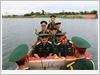 Đoàn công tác Quân đoàn 1 thả hoa kính viếng, tưởng nhớ các anh hùng liệt sĩ đang yên nghỉ trong lòng sông Thạch Hãn, tỉnh Quảng Trị