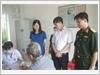 Đại diện lãnh đạo Bộ Chỉ huy Quân sự tỉnh Nam Định thăm hỏi và động viên các đối tượng chính sách đến khám và cấp thuốc miễn phí tại huyện Mỹ Lộc, tỉnh Nam Định