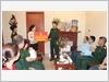 Đại tá Nguyễn Văn Chúc, Phó Tổng Giám đốc Tổng Công ty Phát triển Nhà và Đô thị Bộ Quốc Phòng trao tặng sổ tiết kiệm cho con trai liệt sĩ Lê Đức Lam thuộc Lữ đoàn Không quân 918, Quân chủng Phòng không - Không quân