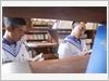 Chọn sách trong thư viện đảo Nam Yết