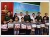 Chi đoàn Đồn Biên phòng Lăng Cô phối hợp với các đơn vị tài trợ tặng quà cho các em học sinh có hoàn cảnh khó khăn.