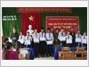 """Quỹ """"Ngôi nhà xanh"""" tặng quà cho học sinh trường Trung học cơ sở Lăng Cô."""