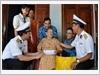 Lữ đoàn Tàu ngầm 189 Quân chủng Hải quân thăm hỏi, tặng quà Mẹ Việt Nam anh hùng Ngô Thị Mười (thôn Long Thủy, xã An Phú, thành phố Tuy Hòa)