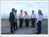Phóng viên Tạp chí Quốc phòng toàn dân cùng thủ trưởng Lữ đoàn 146, Vùng 4 Hải quân gặp gỡ, động viên bộ đội Hải quân trên đảo