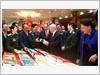 Các đồng chí lãnh đạo, nguyên lãnh đạo Đảng, Nhà nước và các đại biểu dự Đại hội tham quan trưng bày sách, ấn phẩm về công tác Đảng, công tác chính trị chào mừng Đại hội.