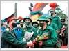 Lãnh đạo Bộ Tư lệnh Thủ đô Hà Nội tặng hoa, động viên thanh niên quận Hai Bà Trưng trước khi về đơn vị mới
