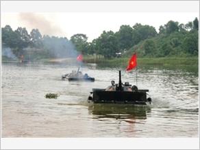 Sư đoàn 308 huấn luyện Bộ binh cơ giới vượt chướng ngại nước